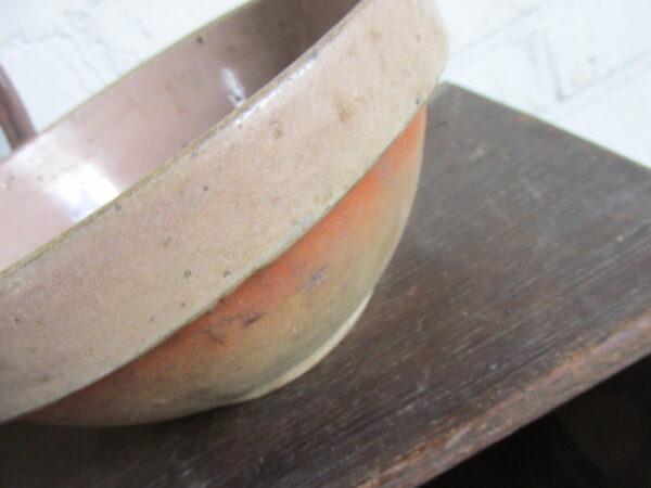 Oude gres schaal of beslagkom in leverkleur