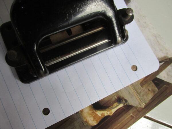Oude perforator in het zwart, werkend