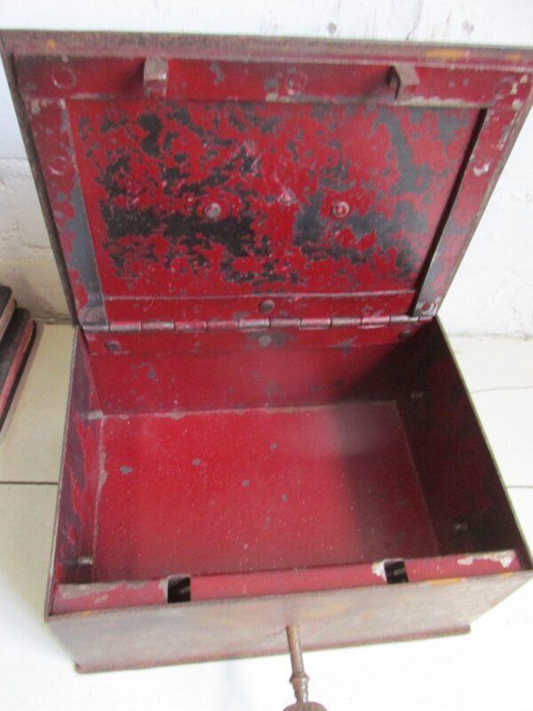 Sobere oude geldkist in roestkleur