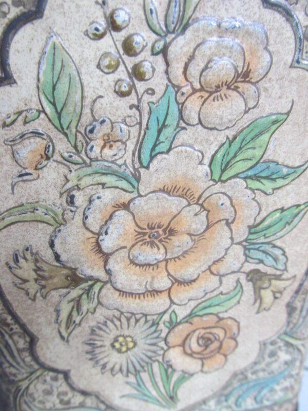 Oud blik met bloemen, gestanst