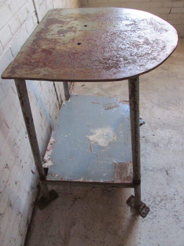 Industrieel tafeltje, oud en van ijzer