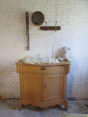Antieke penant kast buikgebogen in okergeel