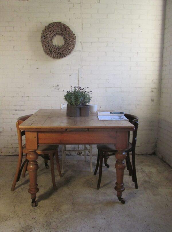 Antieke tafel op wielen, vierkant