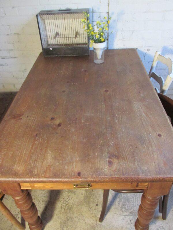 Oud grenen werk of eettafel op wielen