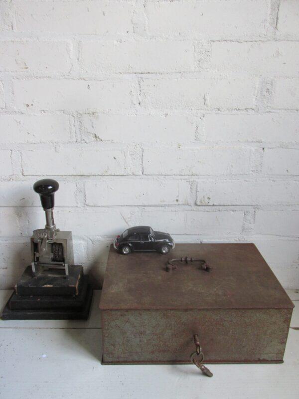 Oude grote stalen geldkist met sleutels