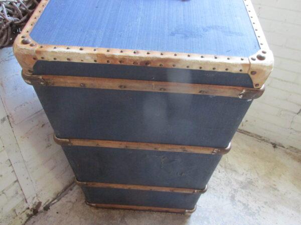 Grote blauwe antieke hutkoffer