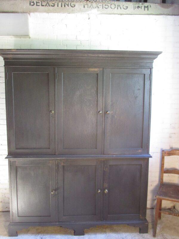Antieke Engelse kast in Old Black