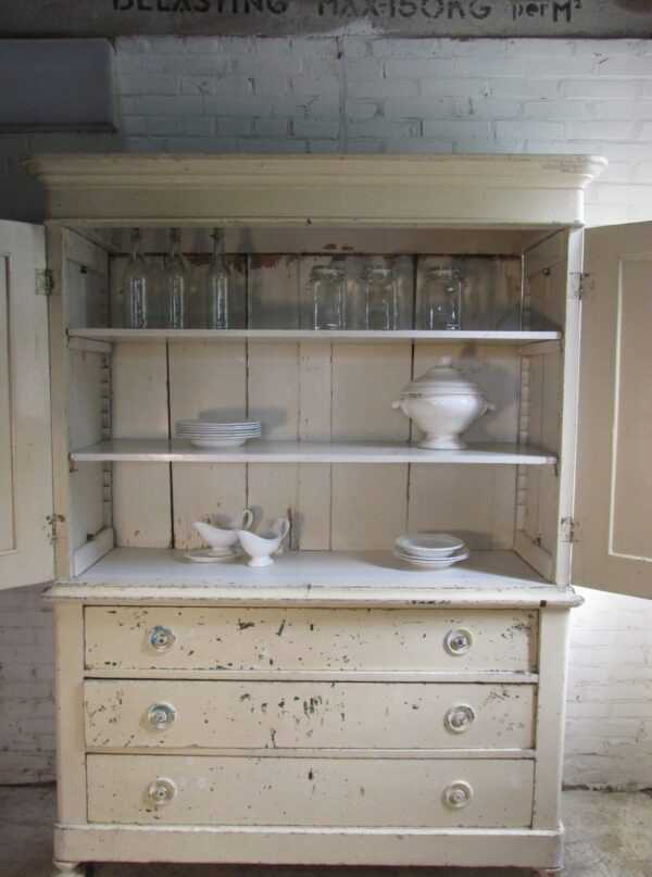 Groot Frans antiek kabinet in de oude verf