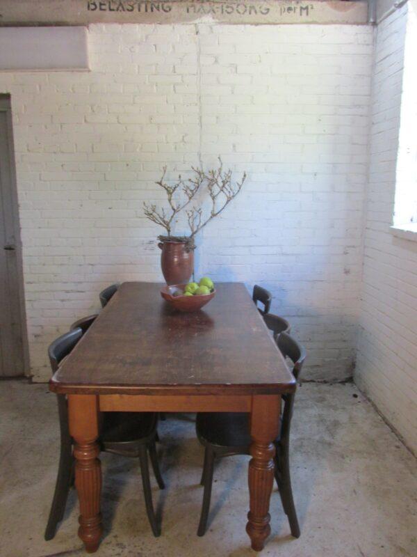Landelijke grenen tafel met cannelure poten