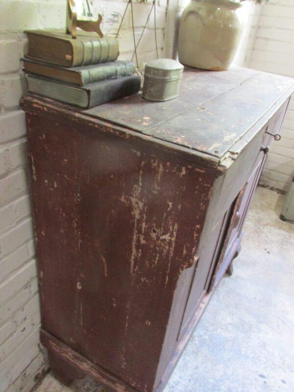Heel oud kastje in de oude verf