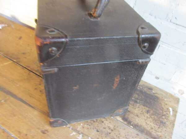 Oude zwarte koffer, bijna vierkant 29 x 22cm