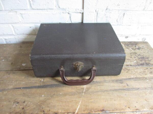 Oude zwarte kleine koffer met diaprojector 32.5 x 24.5 cm