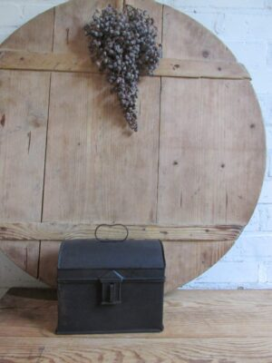 Oud mat zwart blik met halfrond deksel