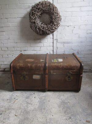 Oude hutkoffer in het bruin met houten baleinen