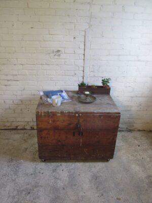 Grote oude kist, salontafel op wielen