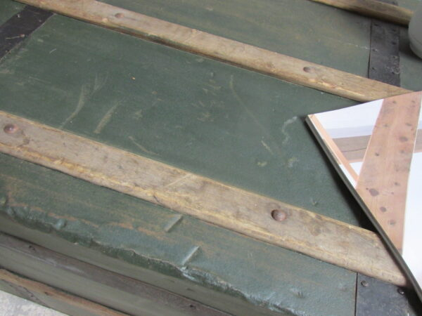 Oude donkergroene hutkoffer van metaal