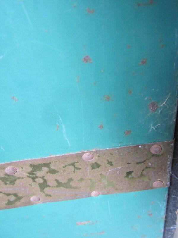 Groene metalen hutkoffer met houten latten
