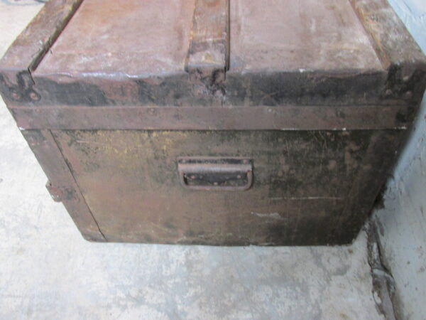 Oude hutkoffer roestkleurig