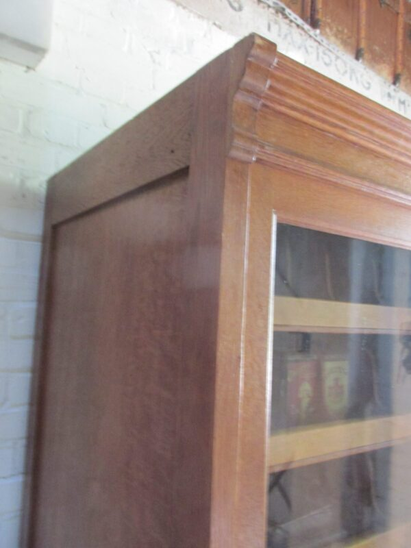 Oude eiken winkelkast met schuifdeuren