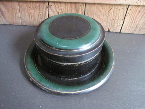 Oud rond blik met onderbord, zwart met groen