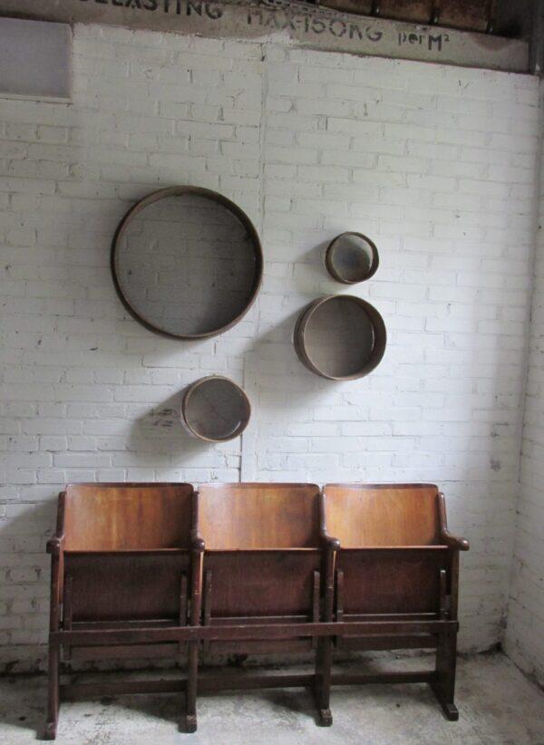 Oude houten bioscoopstoelen 3 zits