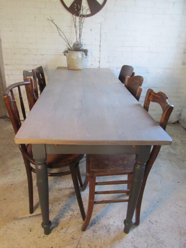 Oude smalle tafel om aan te eten of te werken