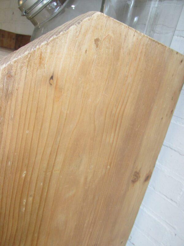 Antiek grenen kast met planken