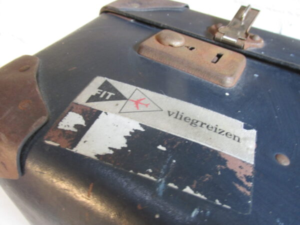 Oude donker blauwe koffer 65.5 x 42 cm