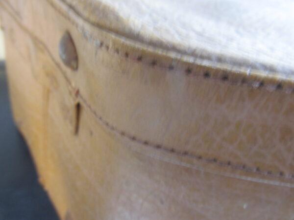 Vintage vinyl hoeden koffer in camel kleur