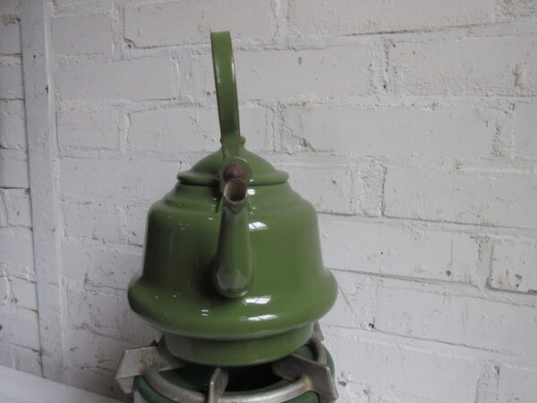 Oude emaille zakketel in het groen