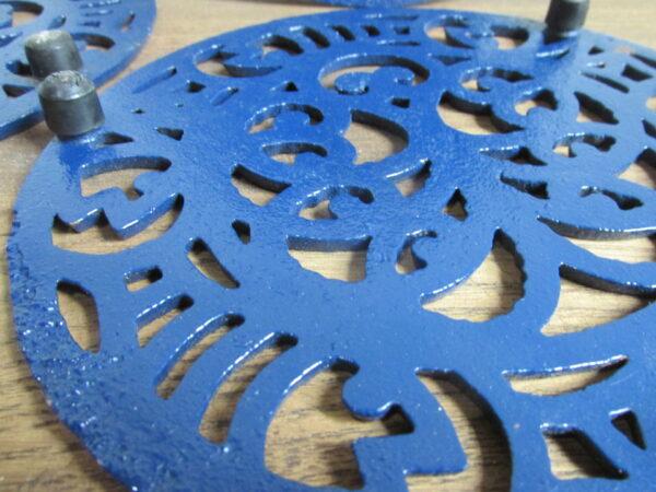 Blauwe gietijzeren onderzetter, rond
