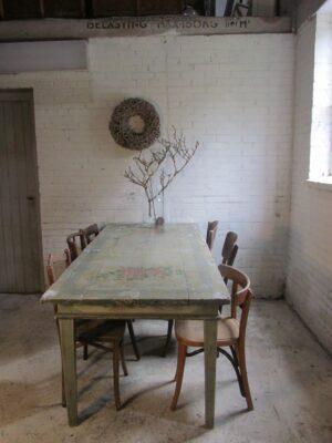 Beschilderde tafel met rozen van teakhout