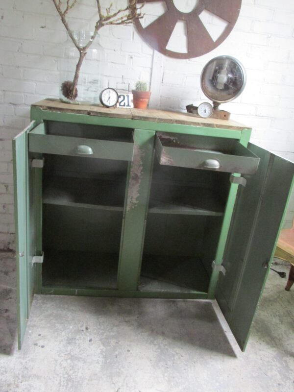 Vintage stalen groene kast met houten blad